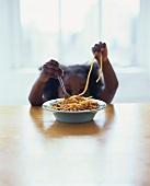 Kleines Mädchen isst Spaghetti Bolognese