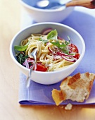 Lukewarm spaghetti salad with rocket
