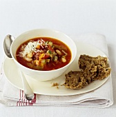 Minestrone con pane integrale (Minestrone with wholemeal bread)