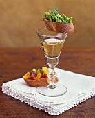 Crostini mit Avocadopüree & mit Cocktailtomaten und Weisswein