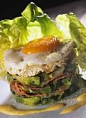 Sandwich mit gedünstetem Salat, Bacon und Spiegelei