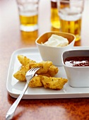 Cajun potato wedges with chili sauce and sour cream dip