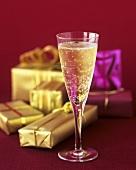 Ein Glas Champagner und verpackte Geschenke