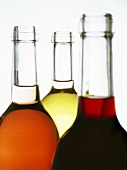 Eine Rotwein-, eine Rosé- und eine Weissweinflasche