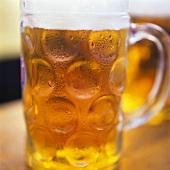 Helles Bier in einem Masskrug