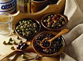 Schwarze und grüne Oliven, verschieden mariniert