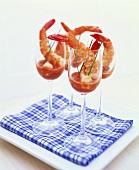 Riesengarnelen mit Meerrettich-Ketchup-Dip in Weingläsern