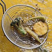 Brokkoli, Zucchini und Okraschoten ausbacken