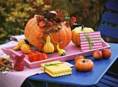Herbstlicher Tisch mit Geschenken