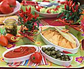 Chilidip, Oliven und Tortillachips