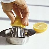 Zitronenhälfte auspressen