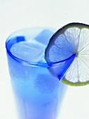 Ein Glas Wasser mit Zitronenscheibe und Eiswürfeln