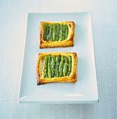 Puff pastry tartlets with green asparagus and goat's cheese