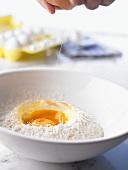 Teigherstellung: Eier aufschlagen und mit Mehl mischen