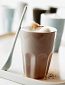 Milchkaffee mit Schaum in einem Becher