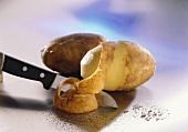Peeling potatoes (variety: Bientje)
