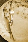 Antiker Teller mit zwei Gabeln