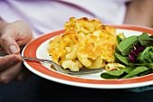 Macaroni cheese with salad leaves