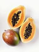 Eine Mango & eine halbierte Papaya