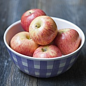 Fresh apples in a ceramic bowl