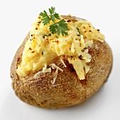 Eine Ofenkartoffel mit Käse überbacken