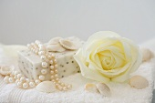 Seife mit Perlen und Muscheln und eine Weisser Rose (Athena)