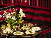 Ein reichlich mit Mezze gedeckter Tisch