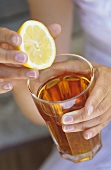 Adding lemon juice to iced tea