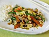 Wokgericht mit Gemüse, Kassler, Cashewüssen und Sojasauce