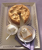 Angel food cake with whipped cream (USA)
