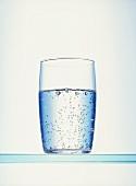 Ein Glas Mineralwasser mit Kohlensäure