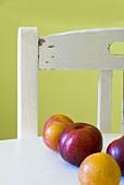 Gelbe und rote Pflaumen auf einem Tisch