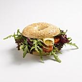 Bagle-Sandwich mit Salat und Käse
