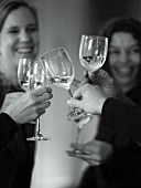 Mit Wein anstossen