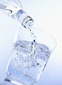 Ein Glas Wasser eingiessen