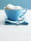 Eine Tasse Cappuchino mit Milchschaum