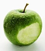 Angebissener Granny Smith Apfel