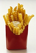 Pommes frites mit Mayonnaise in roter Fast-Food-Box