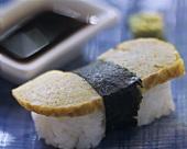 Nigiri-Sushi mit Eierstich und Sojasauce