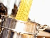 Spaghetti in Kochtopf geben