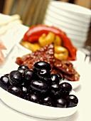 Antipasto Buffet mit schwarzen Oliven