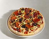 Eine Salami-Pizza mit Oliven