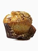 Ein Zitronen-Mohn-Muffin mit Mandelblättchen