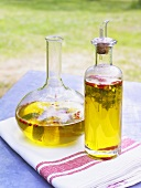 Kräuteröl in Flasche und Karaffe