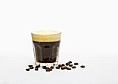 Kaffee mit Sahne im Glas, Kaffeebohnen