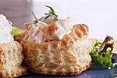 Hähnchensalat mit Pfirsich-Mayonnaise in Blätterteigpastetchen