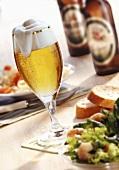 Bierglas, Salat und Bierflaschen
