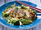 Chicken fillet with egg noodles, broccoli and mange tout (Asia)