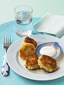 Crabcakes mit Dip, Gabel, Wasserglas