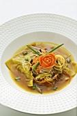 Wan-Tan-Suppe mit Gemüse und Pilzen (Asien)